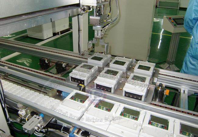 随着人工成本的持续上升,各大中小企业抓紧时间让生产升级为自动化。智能电表的装配是个精细的作业,要实现完全自动化目前来说还是有点难度,但是部分工序实现自动作业还是可以的,比如上下件可采用机械手;清洁除尘也是可以实现半自动化的;检验作业可以采用部分自动化设备来代替,等等工序采用自动化系统。下面来具体介绍下智能电表自动装配生产线的基本要求。 自动上表区:电表放箱中,由机械手臂自动存取, 清洁段:电表到位,进行正面,侧面清洁,类似全自动洗车方式(毛刷滚动),只是没有水; 除尘区:封闭式吹风除尘 电表装配线检验区(